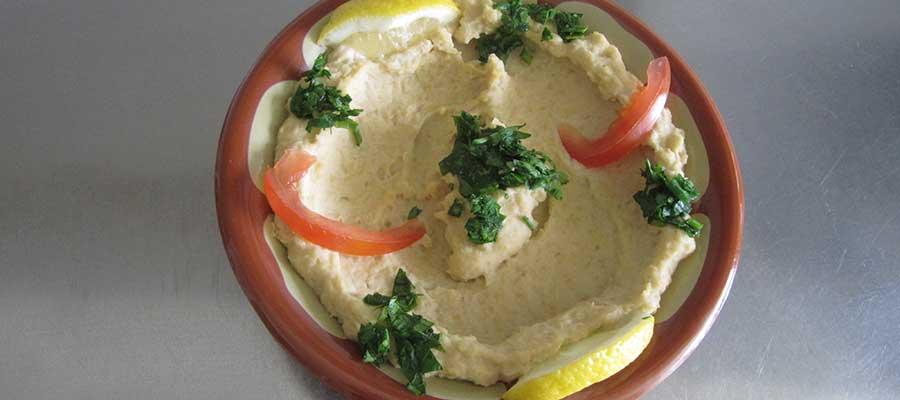 Hummus är en av husets specialiteter